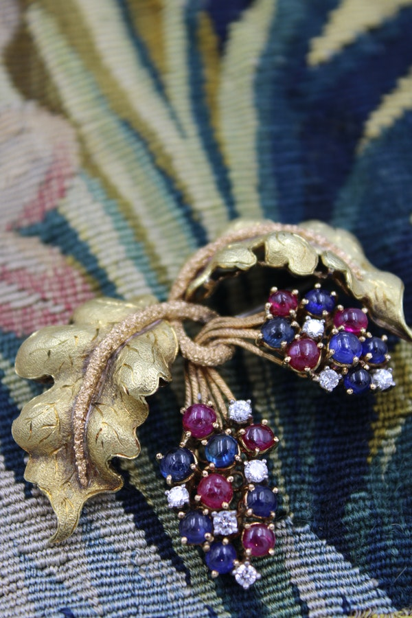 A very fine Ruby, Sapphire & Diamond Vine Brooch set in 18 carat White & Yellow Gold, Circa 1950 - image 1
