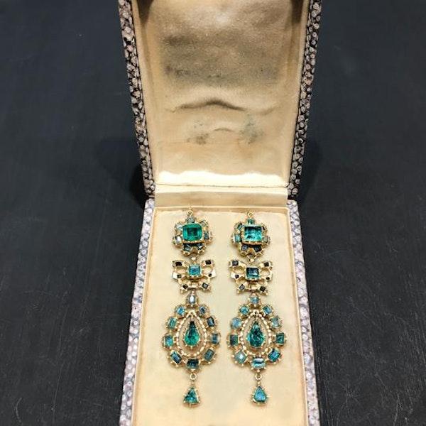 A pair of 1760 Iberian Emerald Drop Earrings - image 3