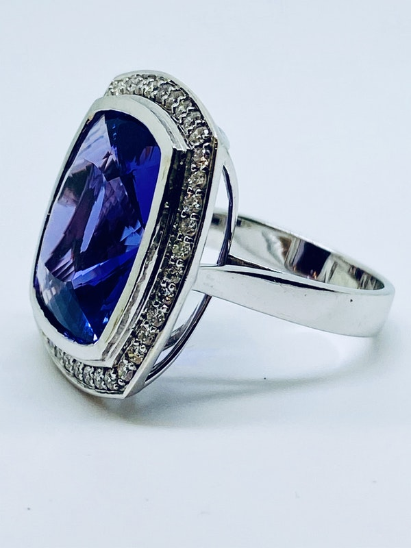 18K white gold 10.32ct Amethyst and Diamond Ring - image 2