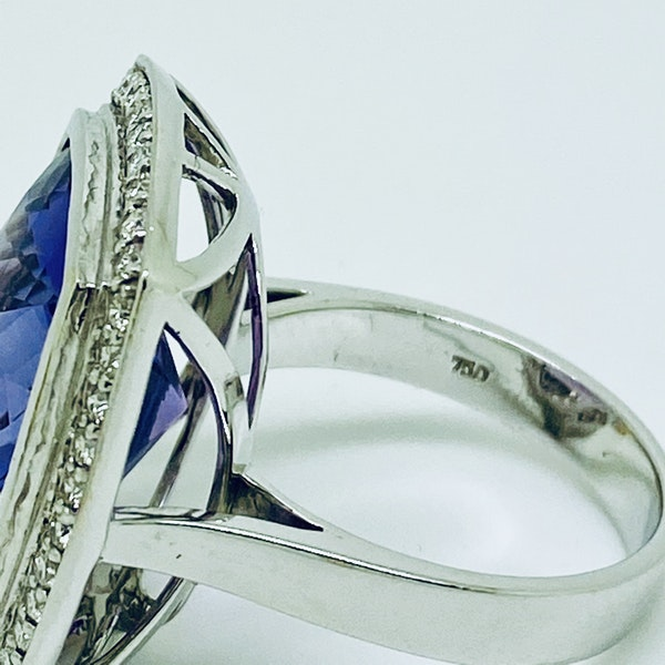 18K white gold 10.32ct Amethyst and Diamond Ring - image 3