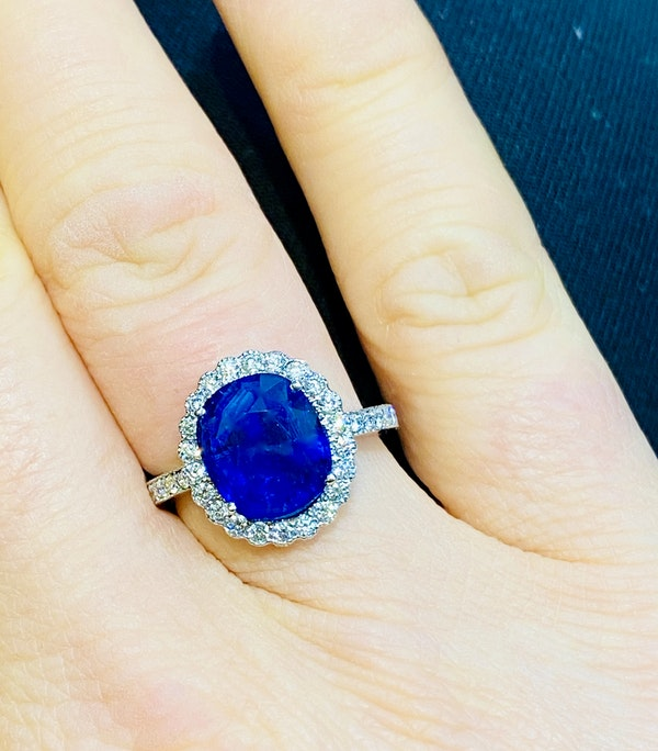 18K white gold 5.46ct Natural Blue Sapphire and Diamond Ring - image 3