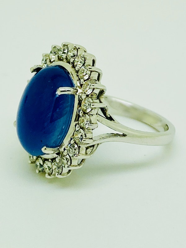 18K white gold 11.90ct Natural Cabochon Blue Sapphire and Diamond Ring - image 4
