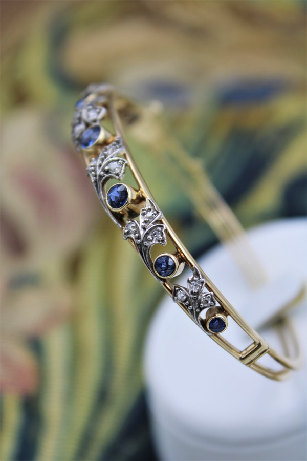 A very fine Sapphire & Diamond Bangle mounted in 15 Carat Yellow Gold (tested), Circa 1905. - image 3