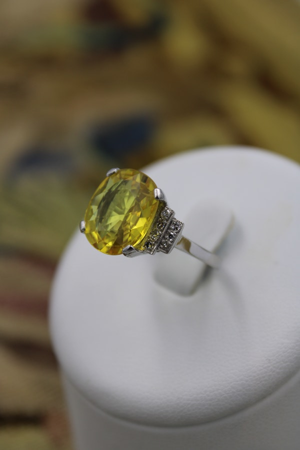 An exceptional Yellow Sapphire and Diamond Ring set in Platinum (Marked), Late 20th Century. - image 2
