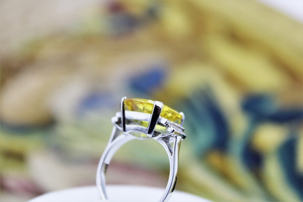 An exceptional Yellow Sapphire and Diamond Ring set in Platinum (Marked), Late 20th Century. - image 3