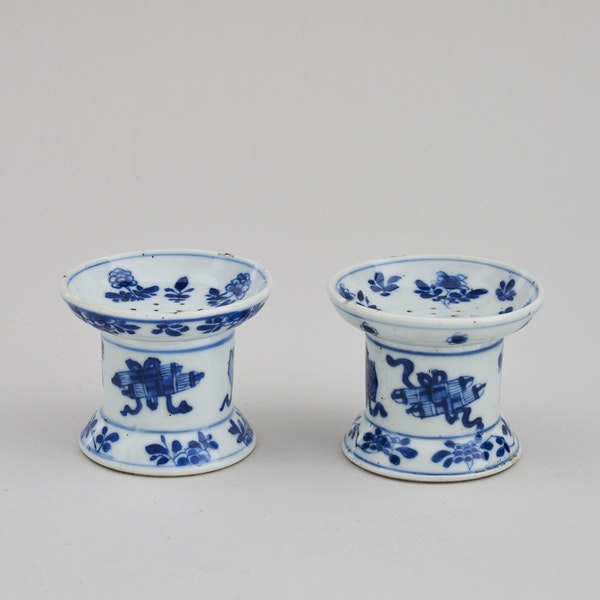 A FINE PAIR OF CHINESE BLUE AND WHITE POUNCE POTS, KANGXI (1662 – 1722) - image 1