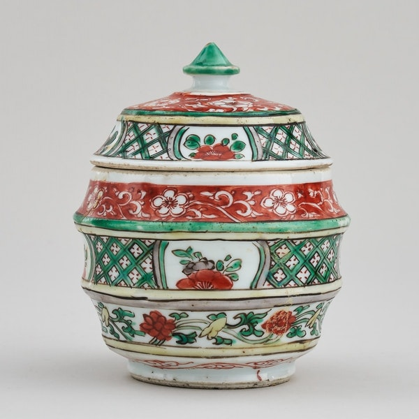 A CHINESE KANGXI FAMILLE VERTE JAR AND COVER, KANGXI (1662 - 1722) - image 1