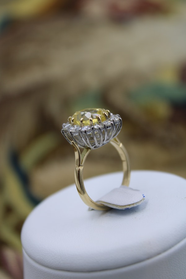A very fine Natural Yellow Sapphire & Diamond Ring set in 18 Carat White & Yellow Gold (tested), Circa 1985. - image 3