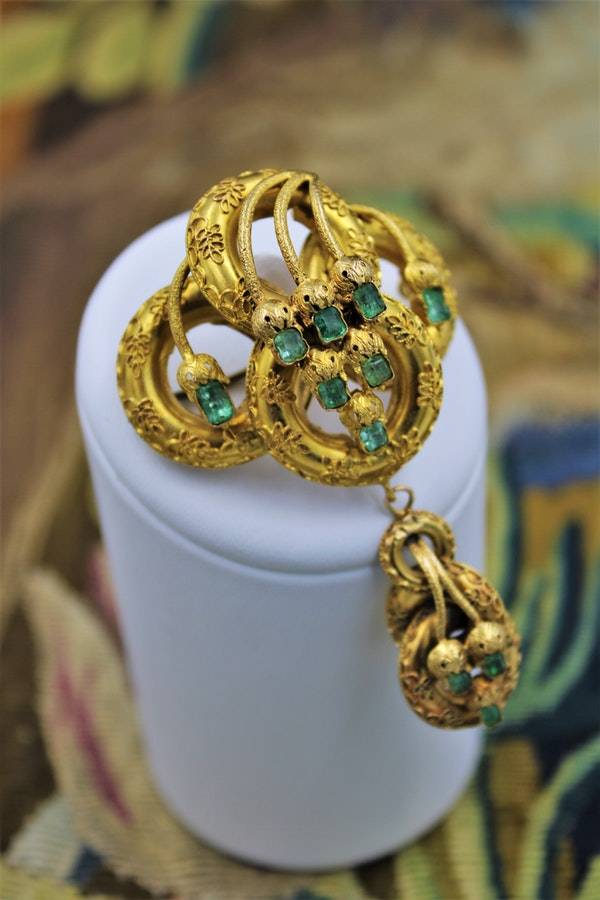 A very fine Emerald Etruscan Revival Pendant/Brooch mounted in High Carat Yellow Gold, English, Circa 1860 - image 1