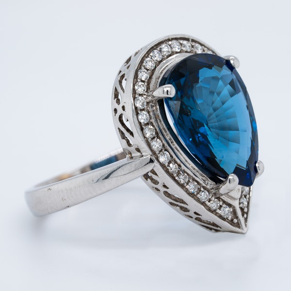 18K white gold 5.05ct Natural Blue Sapphire and 0.75ct Diamond Ring - image 2