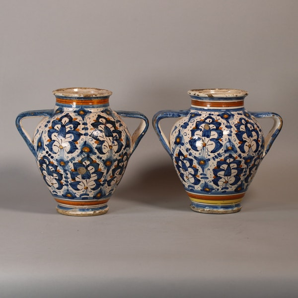Pair of Italian Montelupo two-handled vases, late 16th century - image 3