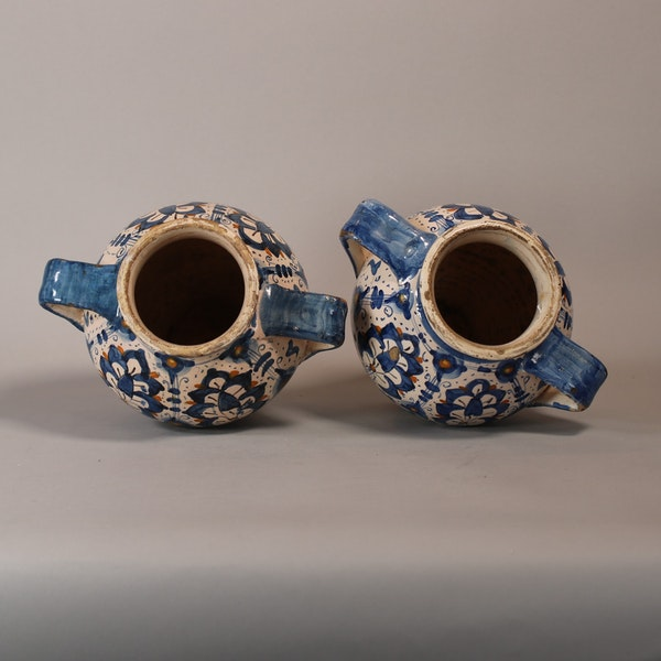 Pair of Italian Montelupo two-handled vases, late 16th century - image 4