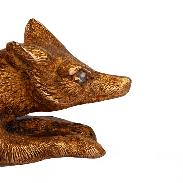 Antique-brooch-of-a-running-fox-in-15-carat-gold-and-diamond-eye-english-circa-1870 - image 2