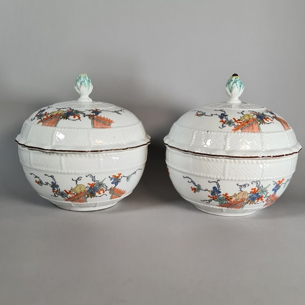 Pair of Meissen circular tureens and covers, circa 1740 - image 1