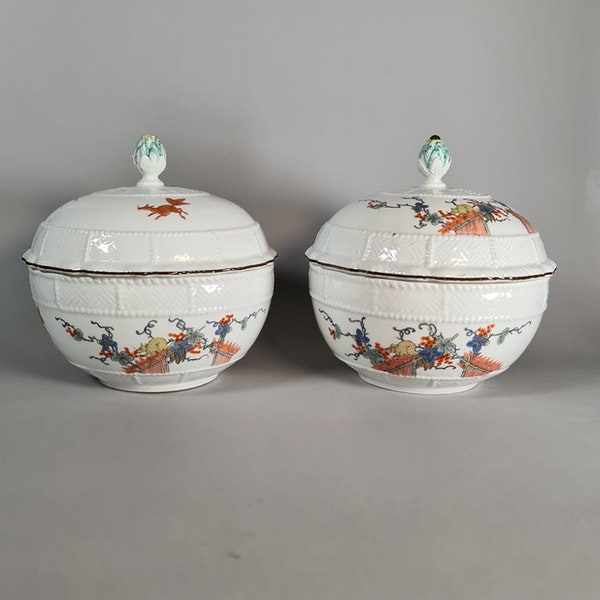 Pair of Meissen circular tureens and covers, circa 1740 - image 3