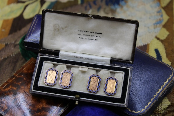 A very fine pair of engraved Blue & Black Chequered Enamel Cufflinks set in 9ct Yellow Gold, Circa 1930 - image 1