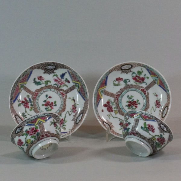 Pair of Chinese famille rose teabowls and saucers, Yongzheng (1723-35) - image 1