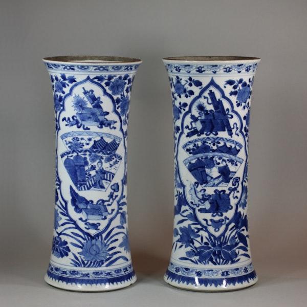 Near pair of Chinese blue and white beaker vases, Kangxi (1662-1722) - image 3