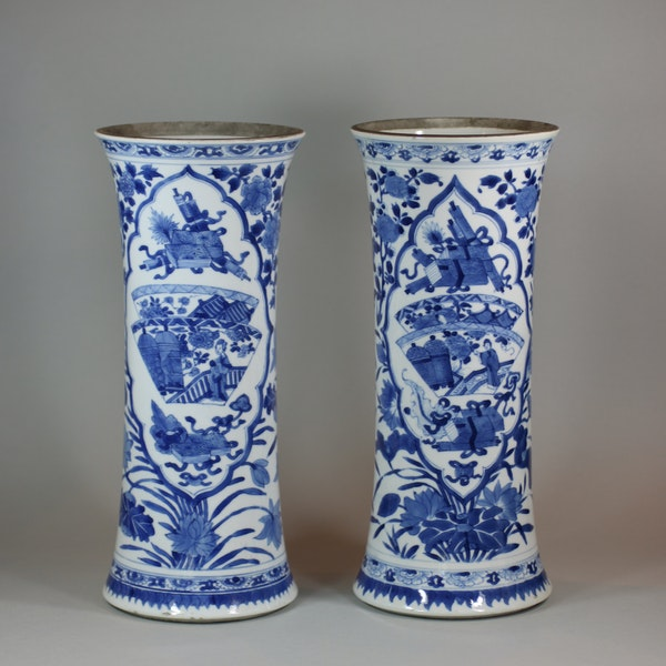 Near pair of Chinese blue and white beaker vases, Kangxi (1662-1722) - image 1