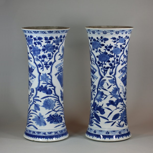 Near pair of Chinese blue and white beaker vases, Kangxi (1662-1722) - image 4