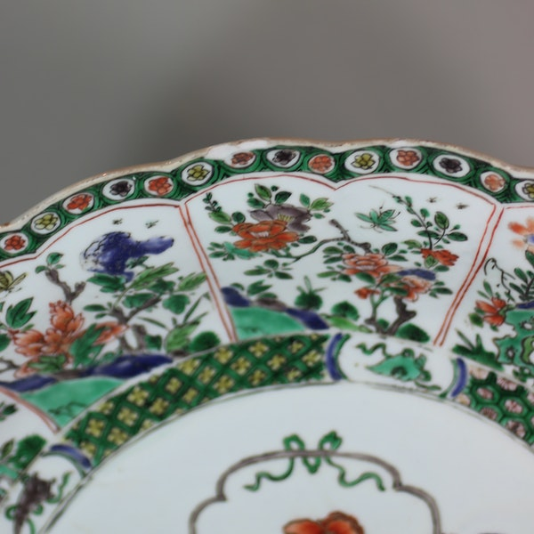 Chinese famille verte ribbed charger, Kangxi (1662-1722) - image 3