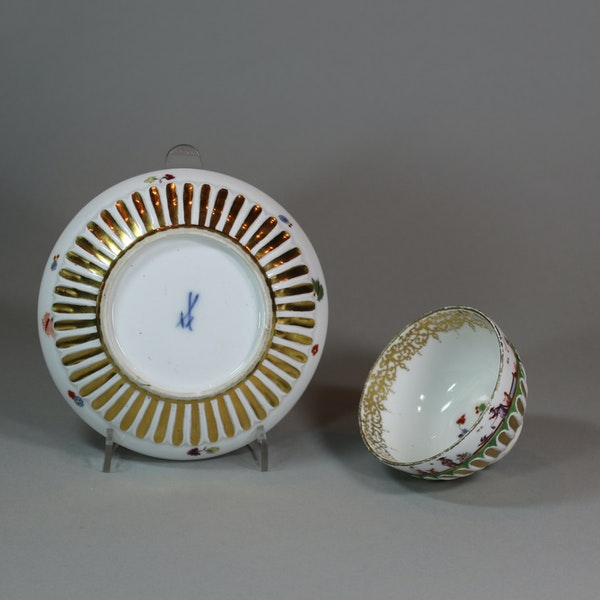 Meissen gadrooned teabowl and saucer, circa 1730 - image 2