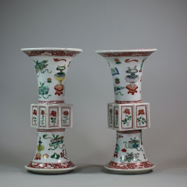 Pair of Chinese famille verte archaistic gu-form vases, Kangxi (1662-1722) - image 3