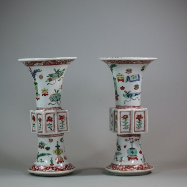 Pair of Chinese famille verte archaistic gu-form vases, Kangxi (1662-1722) - image 2