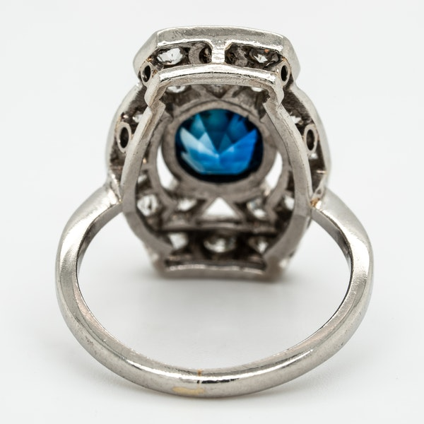 Diamond and sapphire tablet along the finger cluster ring - image 4