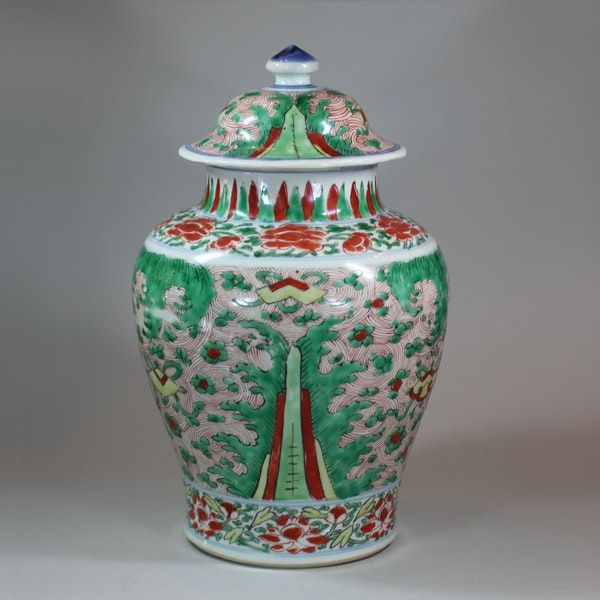 Chinese wucai transitional vase and cover, 17th century - image 1