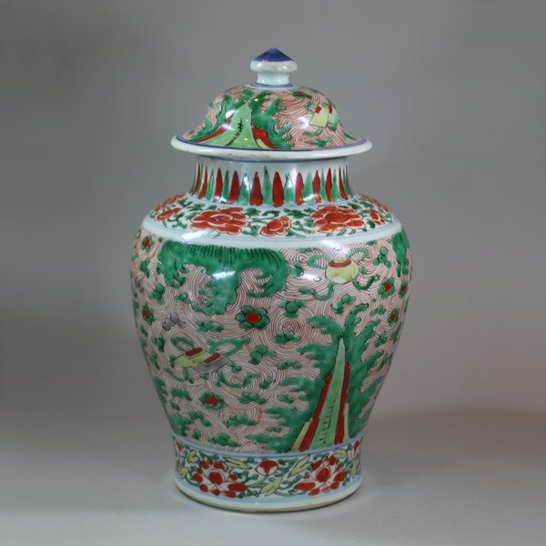 Chinese wucai transitional vase and cover, 17th century - image 3
