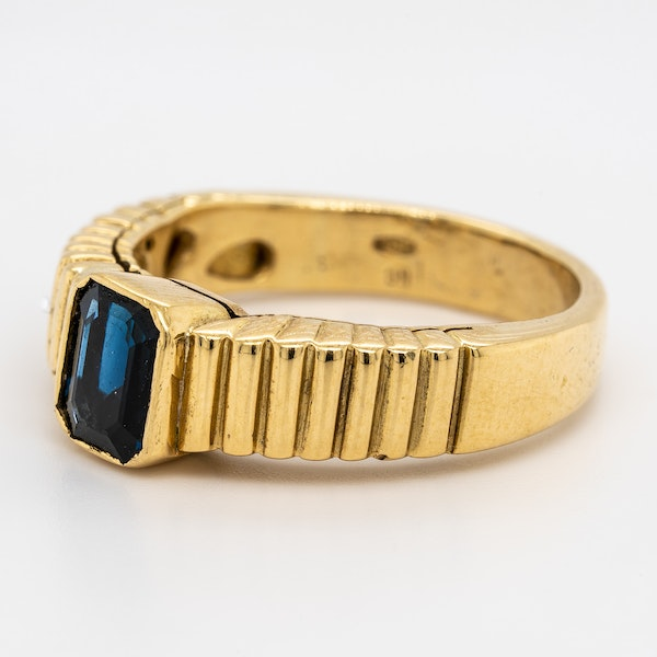 Single sapphire gents/ladies ring with patterned shoulders - image 3