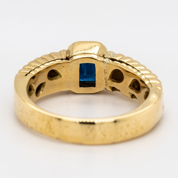 Single sapphire gents/ladies ring with patterned shoulders - image 4