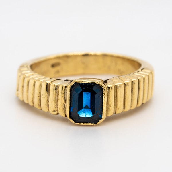 Single sapphire gents/ladies ring with patterned shoulders - image 1