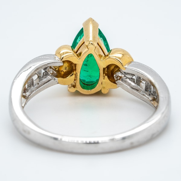 Pear shaped emerald and diamond baguette shoulders contemporary ring - image 4