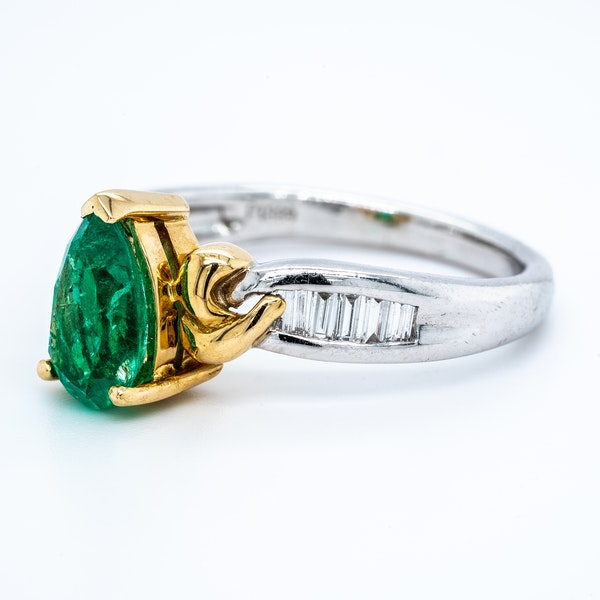 Pear shaped emerald and diamond baguette shoulders contemporary ring - image 3