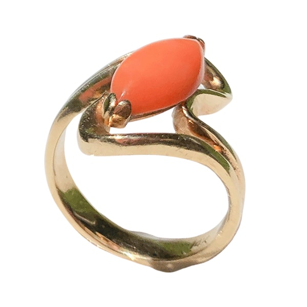 A 1970s Coral and Gold Ring - image 3