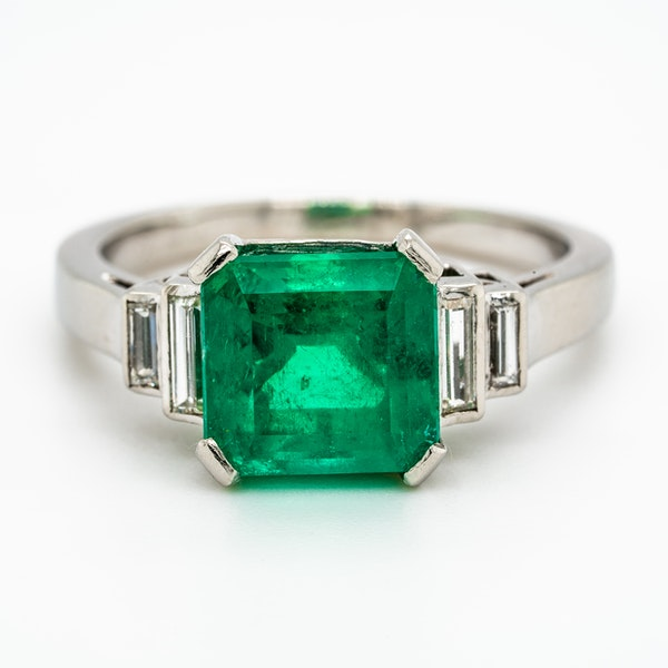 Colombian emerald ring with diamond shoulders - image 1
