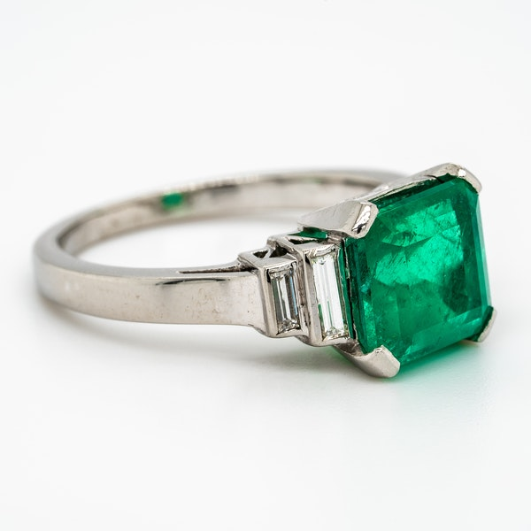 Colombian emerald ring with diamond shoulders - image 2