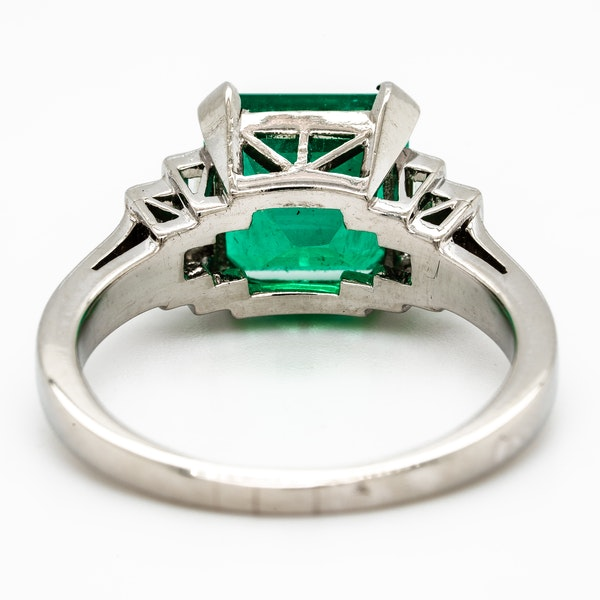 Colombian emerald ring with diamond shoulders - image 3
