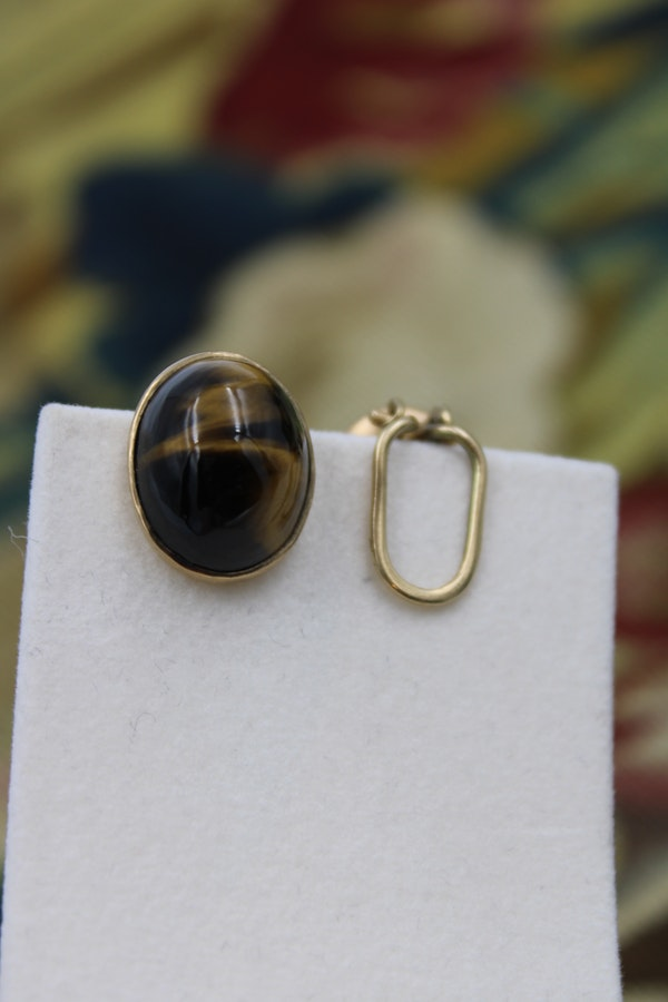 "A fine pair of Oval ""Tigers Eye"" Earrings set in 9ct Yellow Gold, English, Circa 1950 - image 2"