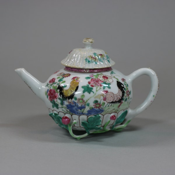 Chinese famille rose teapot and cover, Yongzheng (1723-35) - image 3