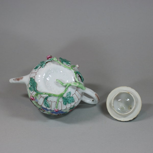Chinese famille rose teapot and cover, Yongzheng (1723-35) - image 2