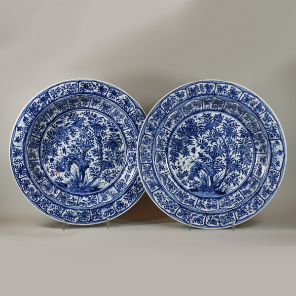 Pair of Chinese blue and white deep dishes, Kangxi (1662-1722) - image 1