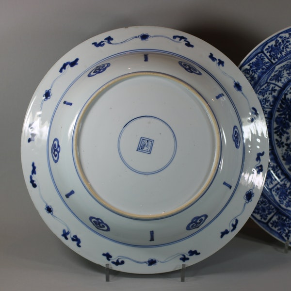 Pair of Chinese blue and white deep dishes, Kangxi (1662-1722) - image 6