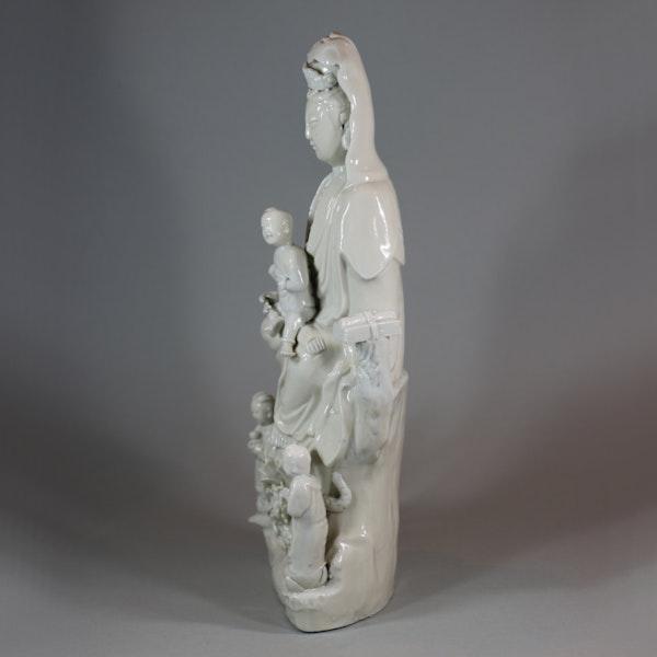 Chinese Dehua figure of Guanyin and her attendants, Kangxi (1662-1722) - image 4
