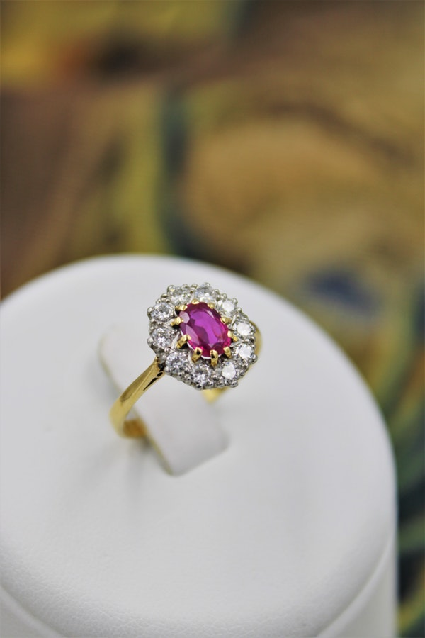 A very fine Oval Natural Ruby & Diamond Cluster Ring mounted in 18ct Yellow Gold, Circa 1955 - image 3