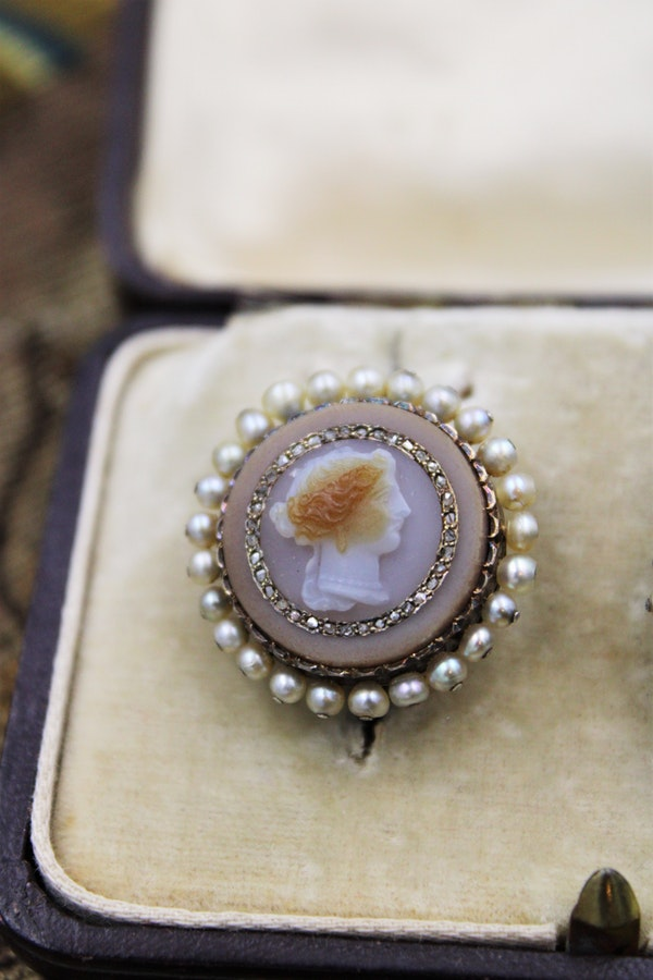 A very fine pair of Hardstone Cameo Earrings set in High Carat Yellow Gold, Circa 1830 - image 2