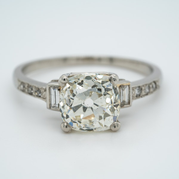 Art Deco diamond solitaire ring of 2.54 ct with diamond baguette and brilliant cut  shoulders - image 1