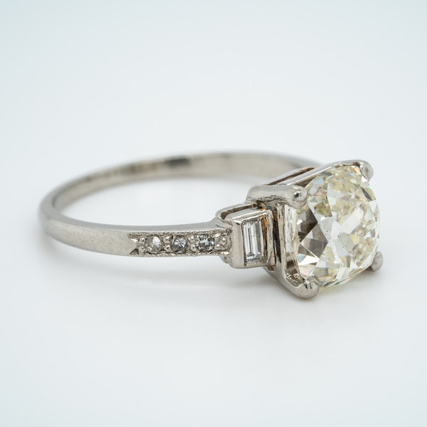 Art Deco diamond solitaire ring of 2.54 ct with diamond baguette and brilliant cut  shoulders - image 2